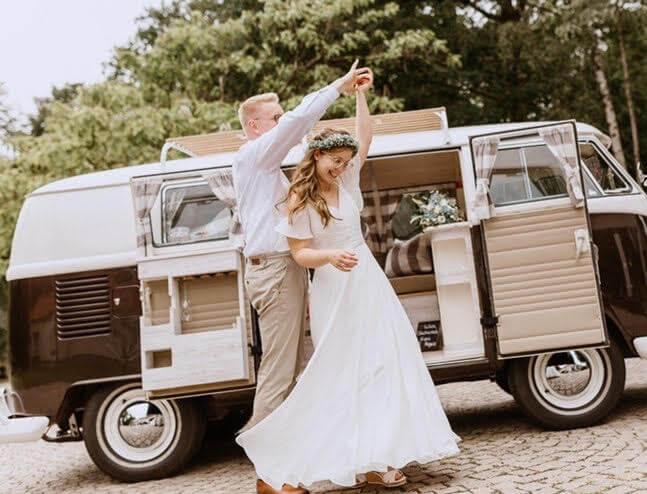 Tanzendes Brautpaar vor dem HochzeitsBulli